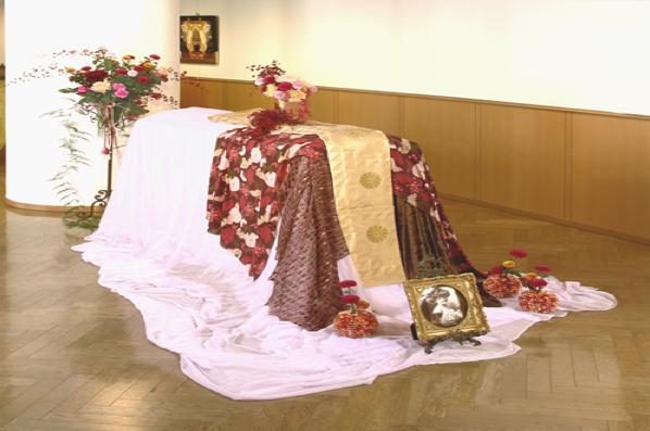 Как кладут в гроб покойников